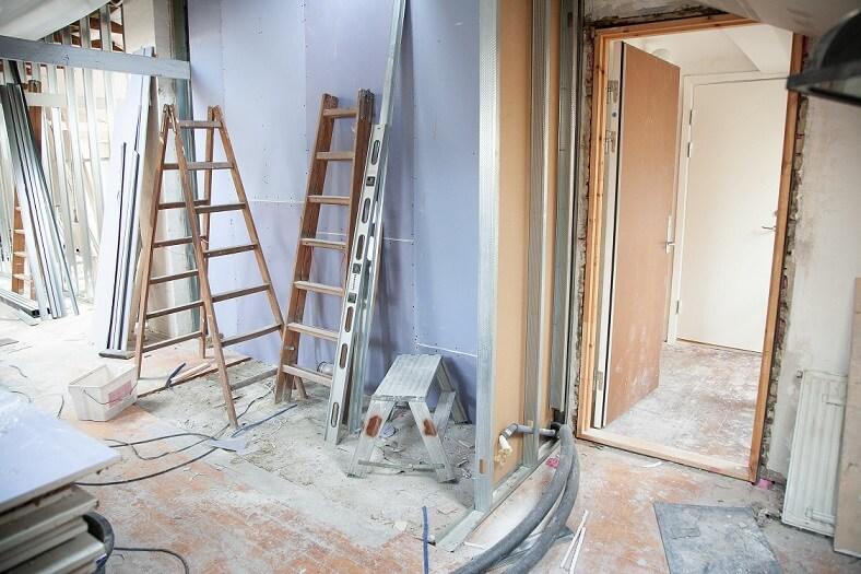 Jak w prosty sposób zdrapać tapety ze ścian?